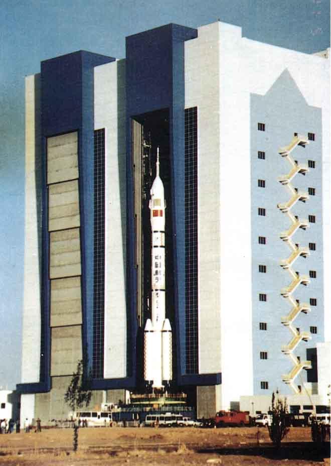Shenzhou 7 (25 sept 08) - Page 2 Shenzhou%20CZ%202F%20rollout%2002