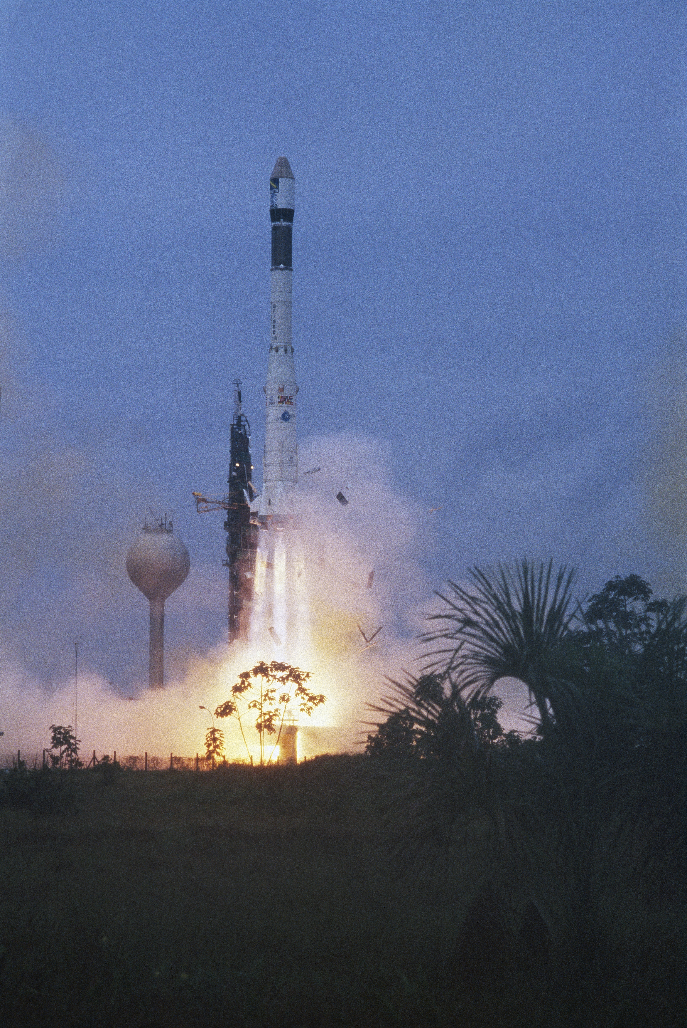 Giotto Spacecraft Rocket 1985 - Pics about space